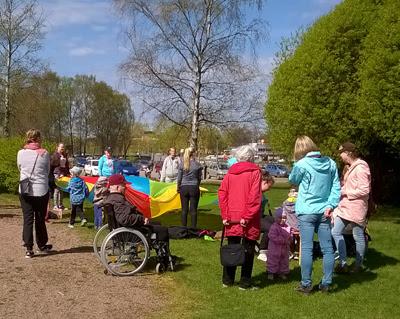 Lämmin ja aurinkoinen sää houkutteli Leijonapuistoon ainakin 180 osanottajaa.