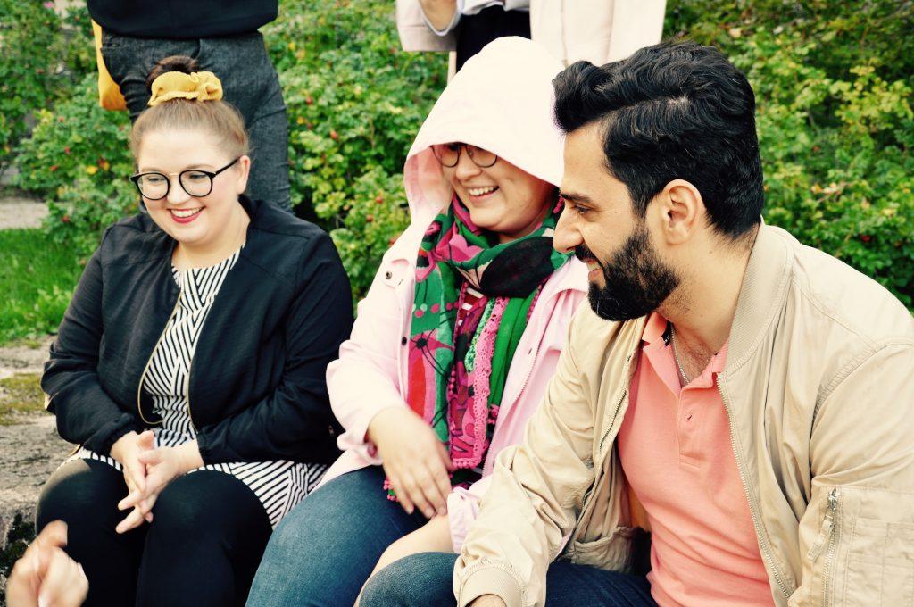 Kolme iloista nuorta yhdessä ulkona