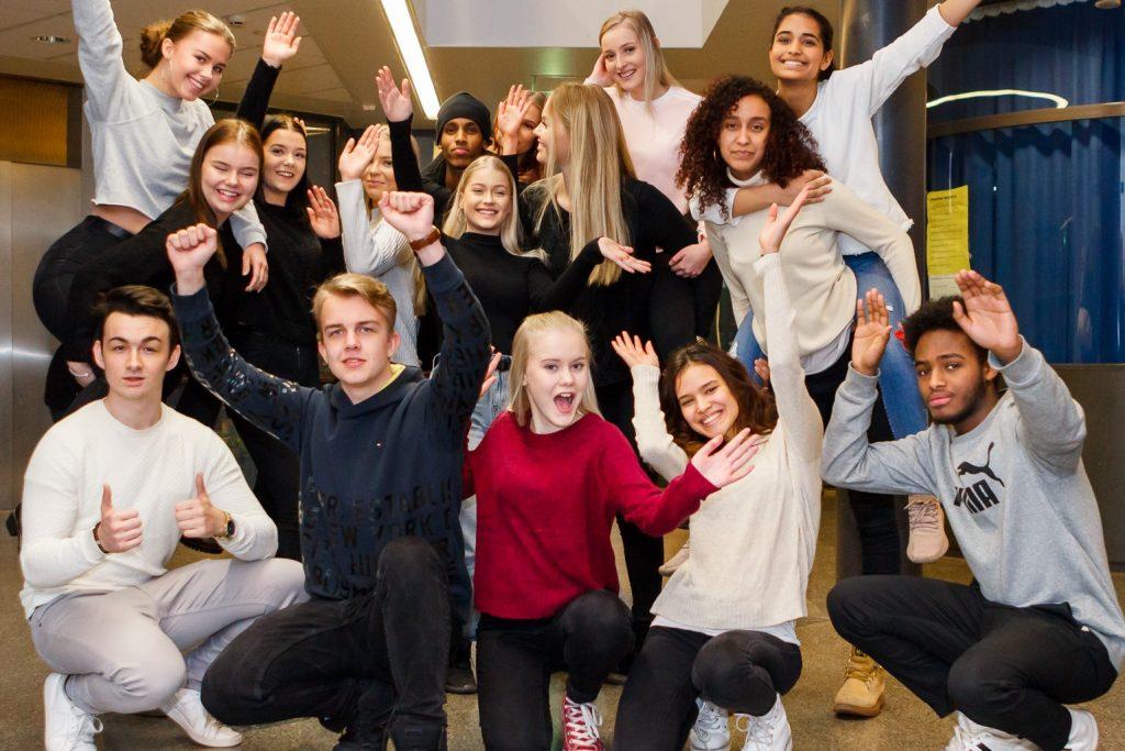Ryhmäkuva iloisista nuorista
