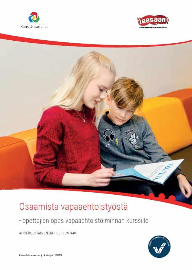 Osaamista vapaaehtoistyöstä -oppaan kansi. Kuvassa nuori nainen tekee vapaaehtoistyötä eli lukee kirjaa pojalle.