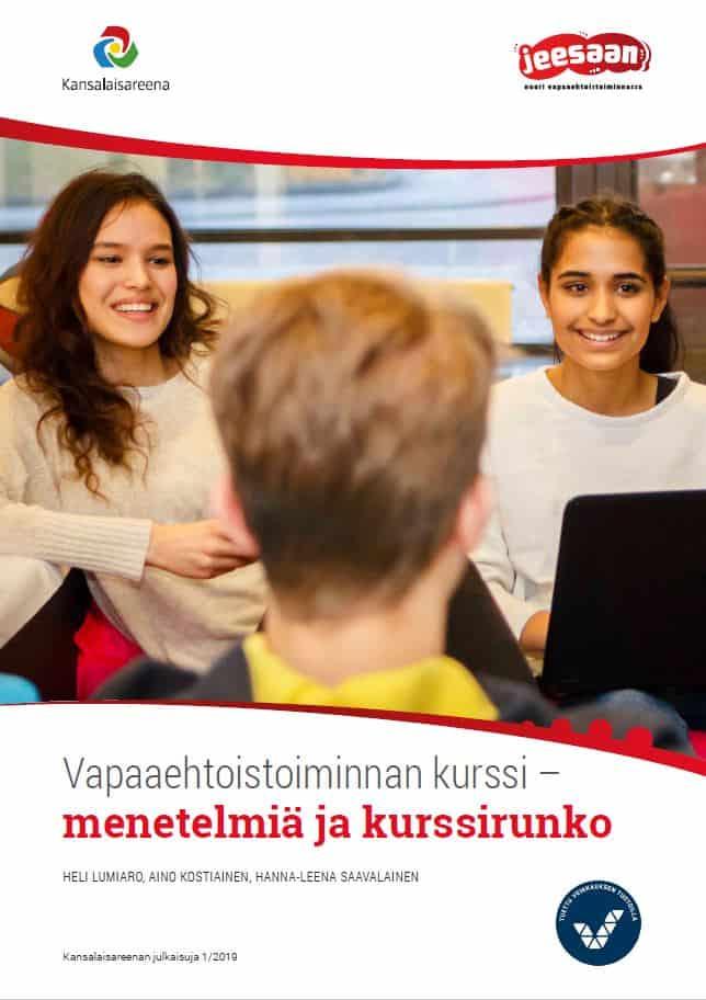 Vapaaehtoistoiminnan kurssi -oppaan kansi. Kuvassa joukko nuoria istumassa
