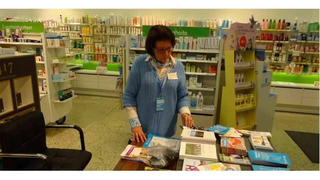 Marja Hirvonen Kajaanista esitepöydän ääressä apteekissa.
